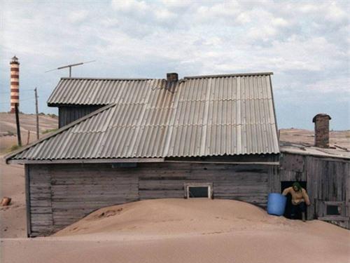 Kỳ lạ ngôi làng cứ đến đêm lại bị vùi lấp trong cát ở nước Nga - 3