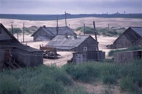 Kỳ lạ ngôi làng cứ đến đêm lại bị vùi lấp trong cát ở nước Nga - 4