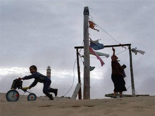 Kỳ lạ ngôi làng cứ đến đêm lại bị vùi lấp trong cát ở nước Nga - 6
