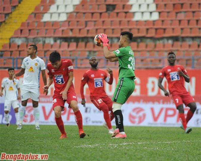 Văn Toản (xanh) cùng Văn Hoàng là những thủ môn có khởi đầu tốt tại V.League - Ảnh: Phan Tùng