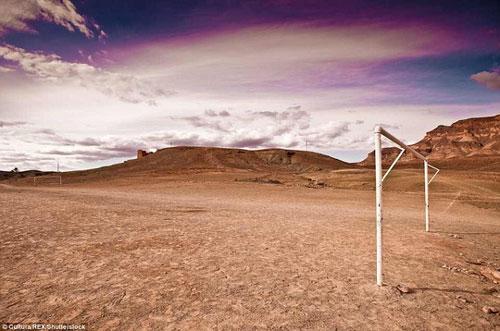 Một sân bóng không cỏ, chỉ có cát và khung thành trắng. Một địa điểm đá bóng khô cằn, thiếu tiện nghi nhưng lại chứng tỏ được niềm đam mê bóng đá của người dân làng Tamnougalt, Ma Rốc.