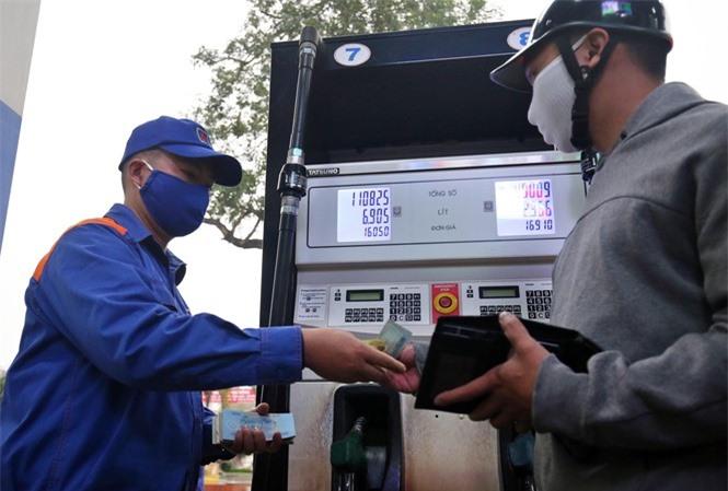 Giá dầu thế giới lao dốc, giá xăng bán lẻ giảm sâu, người tiêu dùng được hưởng lợi. Trong ảnh, người dân mua xăng tại Hà Nội chiều 15/3/2020 với giá hơn 16.000 đồng/lít Ảnh: Hoàng Mạnh Thắng