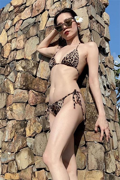 Bộ bikini hoạ tiết da báo tôn vẻ sexy của Lệ Quyên.