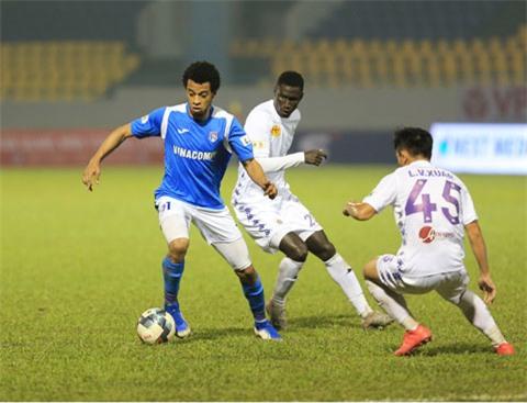 Lynch (áo xanh) lập cú đúp trong chiến thắng của Than.QN trước Hà Nội FC Ảnh: ĐỨC CƯỜNG