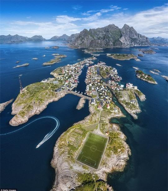 10 sân bóng lạ lùng nhất hành tinh - Ảnh 4.