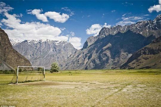 10 sân bóng lạ lùng nhất hành tinh - Ảnh 5.