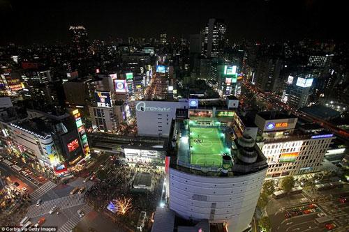 Phố Shibuya nổi tiếng đối với hầu hết du khách ghé Tokyo, nơi được mệnh danh là giao lộ đông đúc nhất trên thế giới. Nhưng không phải ai cũng biết đến có một sân bóng tuyệt đỉnh nằm trên nóc một ngôi nhà cao tầng ngay tại khu phố sầm uất này. Đá bóng trên nóc của một tòa nhà cao tầng cũng là một trải nghiệm thú vị đối với những du khách yêu thích túc cầu.