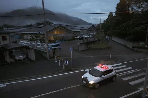 Xe cảnh sát đỗ tại cơ sở chăm sóc người khuyết tật Tsukui Yamayuri-en (Ảnh: AP)