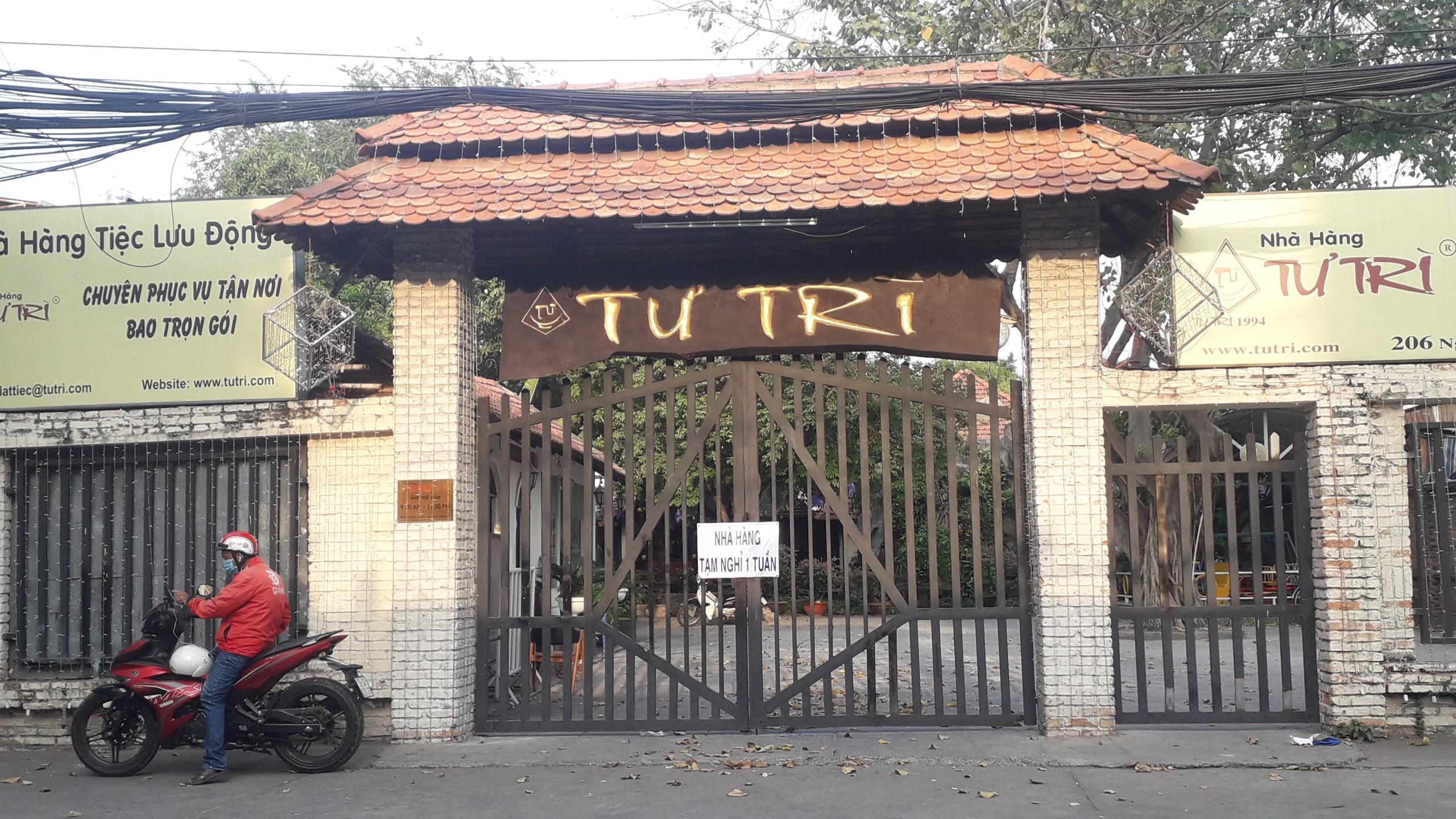 Loạt cửa hàng trên đường Nguyễn Phong Sắc (quận Cầu Giấy) phải đóng cửa do ảnh hưởng bởi dịch Covid-19