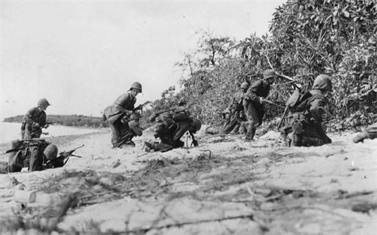 Lính Mỹ khi đổ bộ lên bờ biển Saipan đã bị quân Nhật bắn tỉa. Ảnh: Thủy quân lục chiến Mỹ.