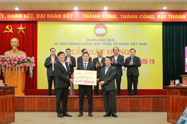 Thủ tướng Nguyễn Xuân Phúc và các đại biểu chứng kiến đại diện Tập đoàn Hưng Thịnh trao 5 tỉ đồng ủng hộ công tác phòng, chống dịch COVID-19