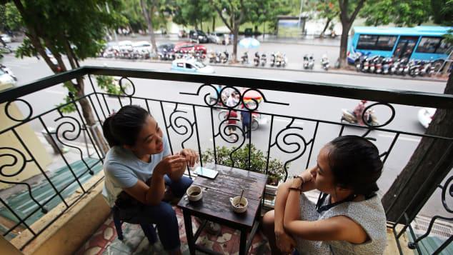 Một quán cà phê nhìn xuống hồ Hoàn Kiếm Hà Nội (ảnh: Luong Thai Linh/EPA/Shutterstock)