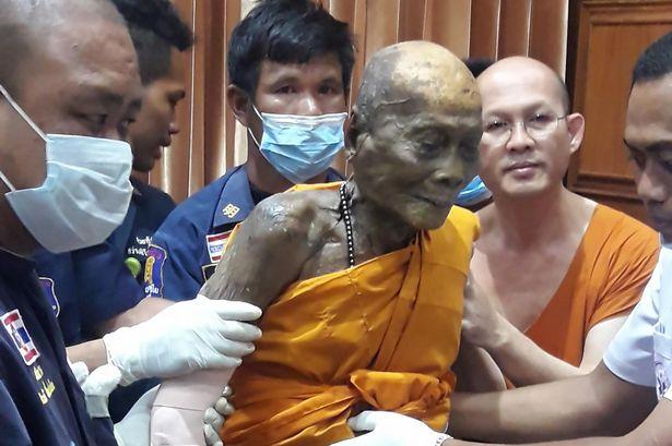 Nhục thân nhà sư Luang Phor Pian vẫn nguyên vẹn sau 2 tháng viên tịch, hơn nữa trên gương mặt vẫn còn nét mỉm cười thanh thản. (Ảnh: Facebook)