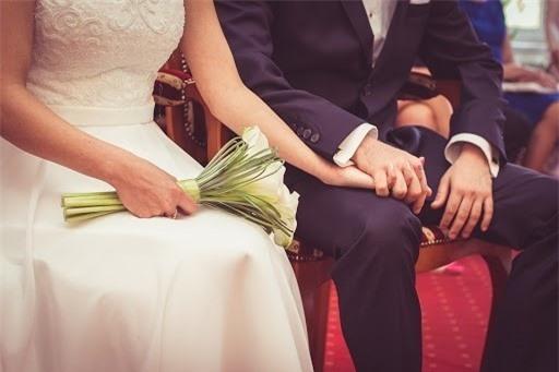 Vợ trẻ chết điếng khi biết chồng làm 'nghề' kinh khủng này