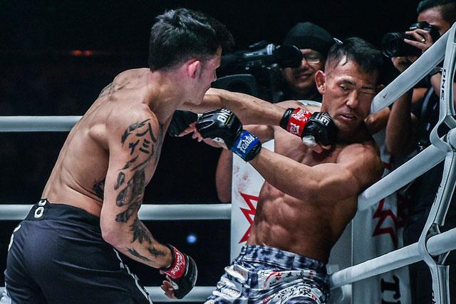 Thanh Lê ra đòn hạ knock-out đối thủ.