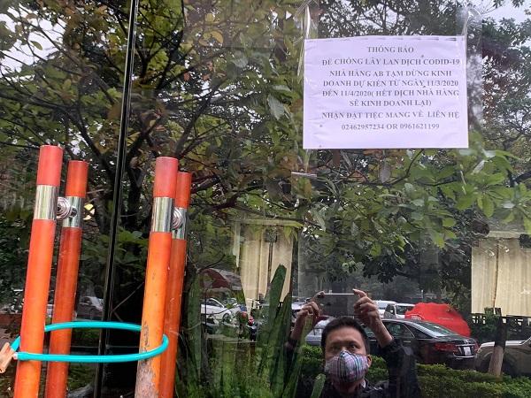 Một nhà hàng ở Hà Nội treo biển đóng cửa tạm thời.