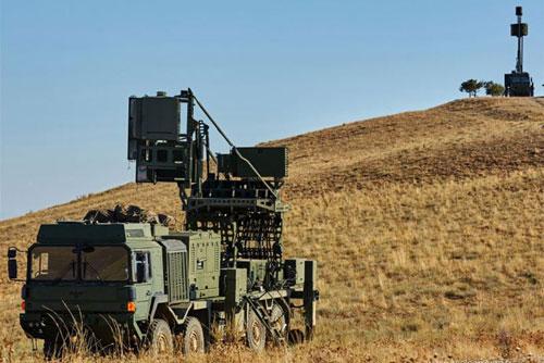 Vào cuối tháng 2/2020, khi bắt đầu tiến hành chiến dịch quân sự lớn tại miền Bắc Syria, quân đội Thổ Nhĩ Kỳ đã điều động tới chiến trường những tổ hợp tác chiến điện tử Koral do họ tự nghiên cứu phát triển.