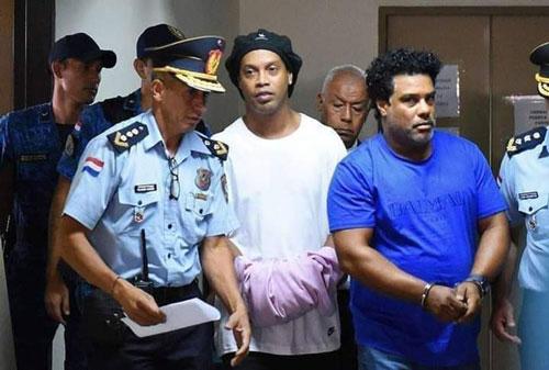 Ronaldinho dính vào nghi án rửa tiền. Ảnh: AS.