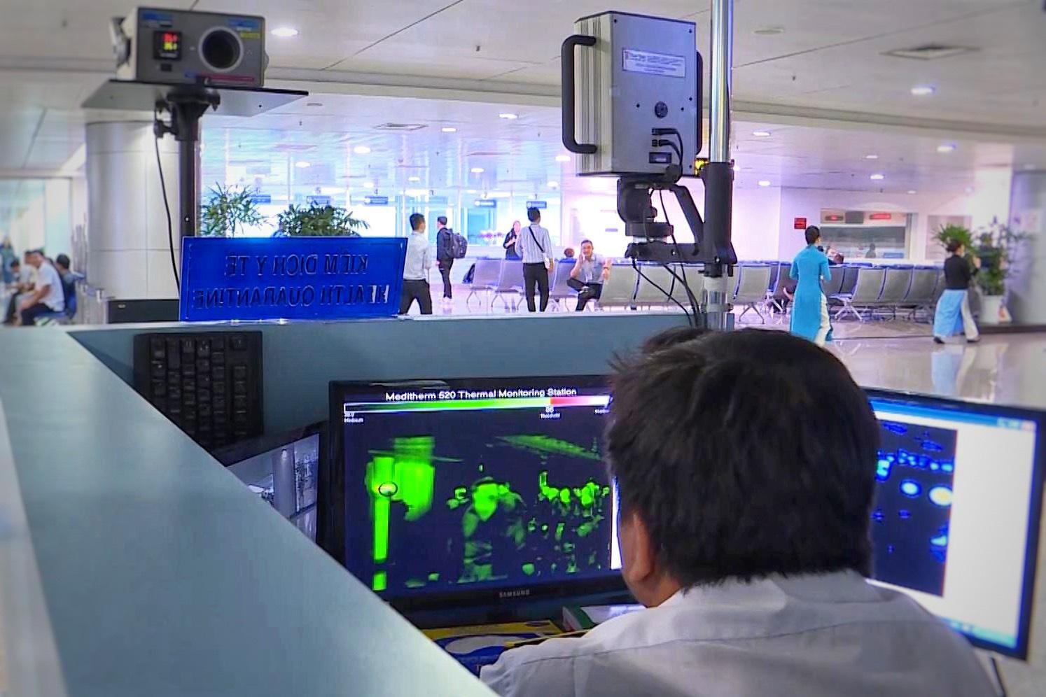 Giám sát thân nhiệt hành khách nhập cảnh tại sân bay Tân Sơn Nhất, TPHCM