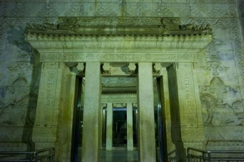 Cửa vào lăng mộ của Càn Long có những nét chạm khắc tỉ mỉ