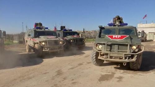 Đoàn tuần tra của cảnh sát quân sự Nga lại bị binh sĩ Mỹ chặn ở khu vực Đông Bắc Syria. Ảnh: Al Masdar News.