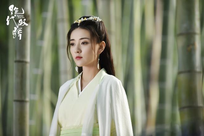 Lương Khiết: Năm 2018, tên tuổi của Lương Khiết được nhiều người biết tới nhờ thành công của bộ phim chiếu mạng Song thế sủng phi. Phải tới 2 năm sau, khán giả Trung Quốc mới gặp lại nữ diễn viên trong phim cổ trang Tuyệt đại song kiêu.