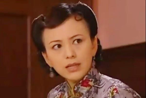 """Năm 2001, nữ diễn viên Vương Lâm gây chú ý với vai diễn """"dì Tuyết"""" Vương Tuyết Cầm trong phim truyền hình Tân dòng sông ly biệt. Nhân vật này khiến khán giả ghét cay ghét đắng vì tính cách hai mặt, thủ đoạn. Trước mặt chồng, dì Tuyết thể hiện mình là một người ngoan ngoãn, yêu chồng, thương con. Tuy nhiên, bà lại là một người mẹ thủ đoạn, tìm cách đuổi người vợ khác của chồng ra đường, ly gián tình cha con Lục Chấn Hoa - Lục Y Bình. Vì đóng vai ác quá đạt nên Vương Lâm từng bị công chúng xa lánh. Khi ra đường, nữ diễn viên còn bị mọi người mắng chửi là """"hồ ly tinh"""", đến người bán hàng cũng từ chối bán hàng cho cô."""