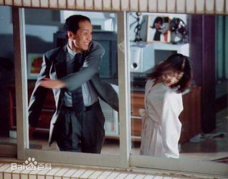 Trong phim Đừng nói chuyện với người lạ, Phùng Viễn Chinh thủ vai An Gia Hòa, người chồng tài giỏi nhưng tâm lý bất ổn, thường xuyên đánh đập vợ. Vai diễn này từng là nỗi ám ảnh của khán giả thế hệ 9X ở Trung Quốc vì quá đáng sợ. Tài tử họ Phùng cho biết, vai diễn này đã khiến anh phải chịu không ít rắc rối. Nam diễn viên bị mang tiếng là kẻ vũ phu, bị người qua đường xông vào đánh. Tuy nhiên, ở ngoài đời, Phùng Viễn Chinh lại là người chồng chung tình, gắn bó với vợ là nữ diễn viên Lương Đan Ni từ năm 1993 tới nay.