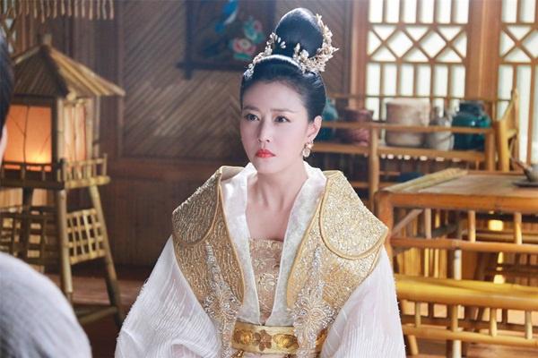 Trong quá khứ, người đẹp U60 Châu Hải My từng gây ấn tượng với vai phản diện Chu Chỉ Nhược trong Ỷ thiên đồ long ký. Tới năm 2018, nữ diễn viên tiếp tục đảm nhận vai Thiên Hậu độc ác, tàn nhẫn trong Hương mật tựa khói sương. Sự thành công của vai diễn Thiên Hậu đã mang tới không ít phiền phức cho người đẹp Hong Kong. Người dùng mạng Trung Quốc đã tấn công trang MXH cá nhân của Châu Hải My bằng những lời lẽ thóa mạ, khiến cô phải đưa ra quyết định đóng cửa trang Weibo cá nhân.