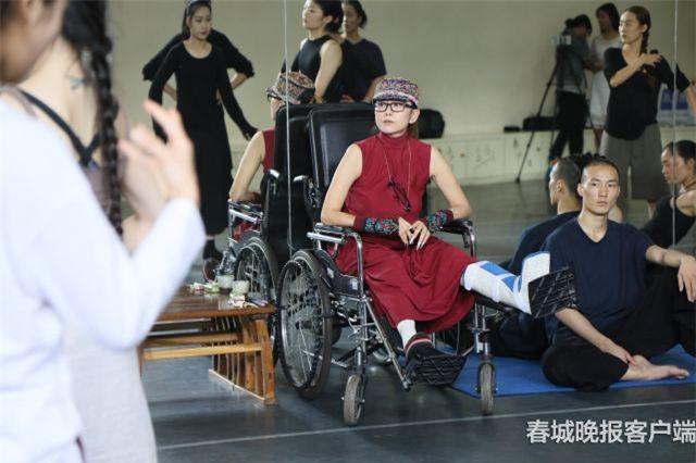 """Ác nữ khét tiếng của """"Anh hùng xạ điêu"""" ngày nào giờ ngồi xe lăn, di chuyển khó khăn - 3"""