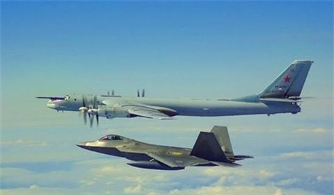F-22 My chan Tu-142 tai phia Dong bien gioi Nga