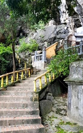 Bậc thang dẫn lên chùa Bàn Long. Ảnh: PV