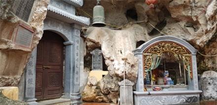 Qua các bậc đá là chùa Bàn Long nằm gọn trong núi. Ảnh: PV