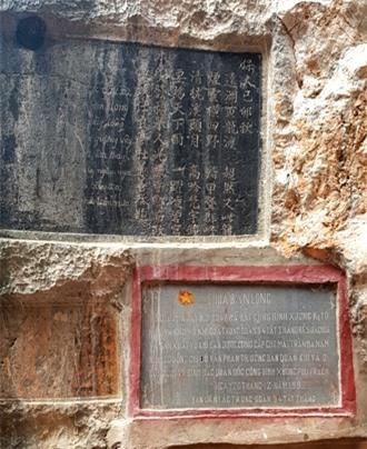 Bia đá còn ghi nơi đây đã từng là căn cứ cách mạng. Ảnh: PV