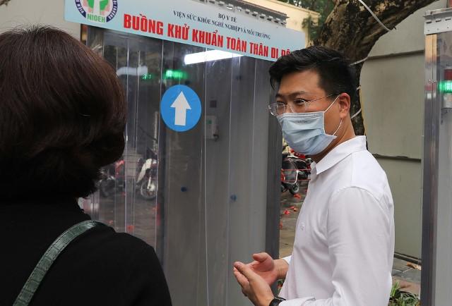 heo PGS.TS. Doãn Ngọc Hải (Viện trưởng Viện SKNN&MT), hệ thống được thiết kế dựa trên nguyên tắc sử dụng dung dịch nước muối ion hóa (Anolyte) dạng sương phun toàn thân nhằm sát khuẩn nhanh bề mặt cơ thể.