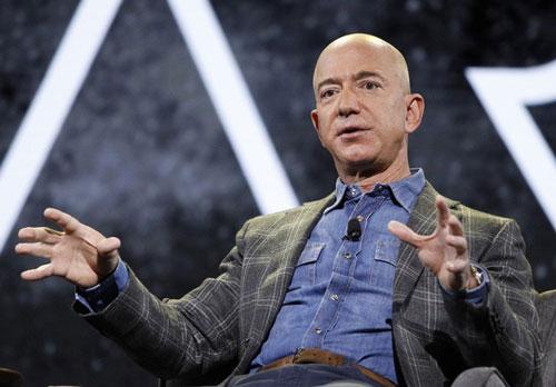Công việc đầu tiên của tỷ phú Jeff Bezos là nướng đồ tại chuỗi cửa hàng thức ăn nhanh McDonald vào mùa hè khi ông còn là thiếu niên. Ảnh: Reuters.