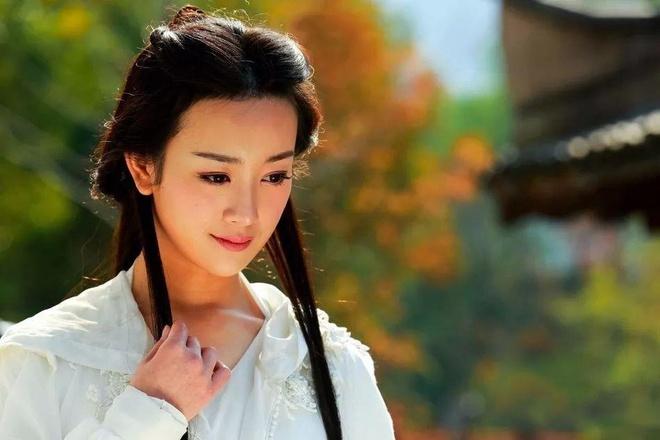 """Vương Ngữ Yên – Tân thiên long bát bộ 2013: Nữ diễn viên Trương Mông ngoài đời sở hữu nhan sắc ngọt ngào. Khi dự án Tân thiên long bát bộ 2013 được thực hiện, cô và Mao Hiểu Đồng đã tranh nhau vai nữ chính. Cuối cùng, Trương Mông được chọn vì ngoại hình có phần """"nhỉnh"""" hơn. Nhưng khi thực sự hóa thân thành Vương Ngữ Yên, cô lại bị chê chưa đạt được thần thái mong manh, thoát tục, không vướng bụi trần của mỹ nhân này. Tạo hình quê mùa của cô còn bị cho là giống thôn nữ hơn tiên nữ."""