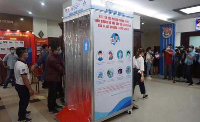 Buồng khử khuẩn là sản phẩm kết hợp giữa hai đơn vị:  Phòng thí nghiệm trọng điểm quốc gia của Đại học Bách Khoa - ĐH Quốc gia TP.HCM và Trung tâm Phát triển Khoa học và Công nghệ Trẻ - Thành Đoàn TP. Hồ Chí Minh.