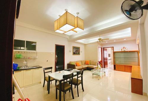 Không gian phòng khách và bếp ăn rộng rãi của Mạc Văn Khoa.