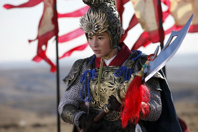 Bộ phim Sư tử Hà Đông 2 ra mắt năm 2012 không chỉ có doanh thu lẹt đẹt mà còn bị xếp vào 10 bộ phim dở nhất năm. Truyền thông Trung Quốc cho rằng, những phim điện ảnh có sự tham gia của Trương Bá Chi đều thất bại là do nữ diễn viên đã không xem xét kỹ kịch bản, dẫn đến cho ra đời những bộ phim kém chất lượng. Chuyện đời tư lùm xùm giữa Trương Bá Chi và chồng cũ cũng khiến cô mất đi lượng khán giả không nhỏ.