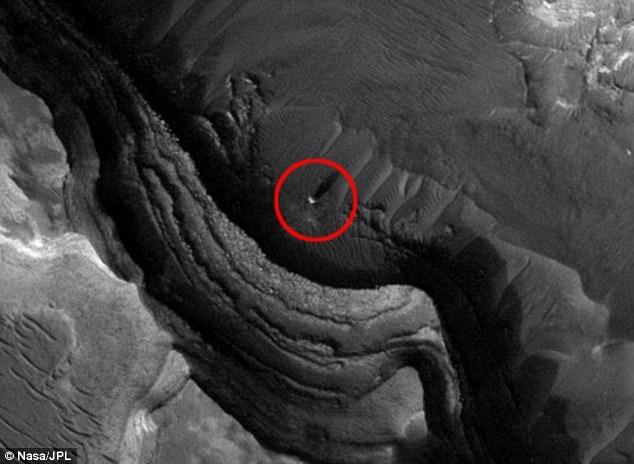Vật thể hình cầu do vệ tinh của NASA chụp được trên bề mặt Hỏa Tinh