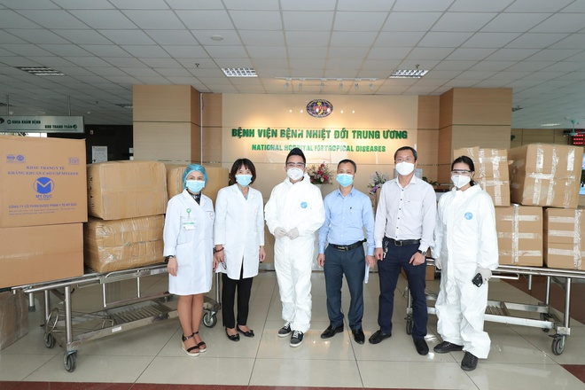 Tùng Dương trao tặng vật phẩm ở Bệnh viện Nhiệt đới Trung ương.