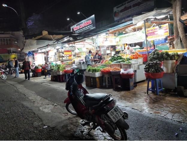 Các hàng quán trong chợ ế ẩm.