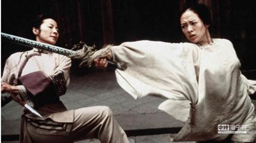 Ngọa hổ tàng long của đạo diễn Lý An xếp thứ 4. Đây là tác phẩm giúp dòng phim võ thuật Trung Hoa gây tiếng vang ở phía bên kia bờ Thái Bình Dương. Bộ phim thắng lớn khi thu 213,5 triệu USD so với chi phí sản xuất chỉ chưa đầy 20 triệu USD. Đại náo giải Oscar với 10 đề cử tượng vàng và xuất sắc mang về 4 giải.