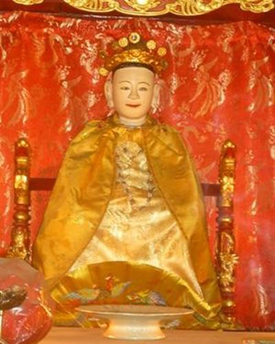 Tượng thờ vua bà Lý Chiêu Hoàng đầu đội miện Kim Khôi, mình khoác áo long bào ở đền Rồng. Ảnh tư liệu.