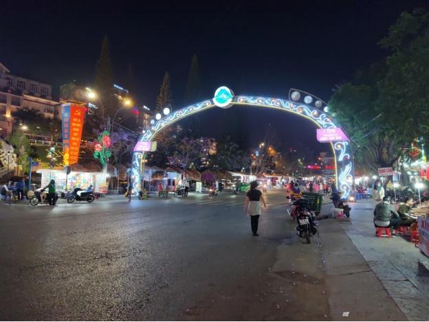 Cổng vào chợ đêm Đà Lạt rất hiếm khi vắng du khách như vậy.