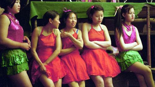 Xếp sau Sắc, giới là Platform của đạo diễn Giả Chương Kha. Bộ phim là câu chuyện về hành trình trưởng thành của một nhóm thanh niên sinh hoạt trong Đoàn công nhân văn hóa vào giai đoạn xã hội Trung Quốc chịu nhiều biến động do cải cách mở cửa thập niên 1980.