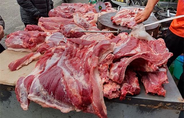 Bán thịt lợn bận rộn nhất mùa dịch, trời chưa tối mà đã cạn hàng - 3