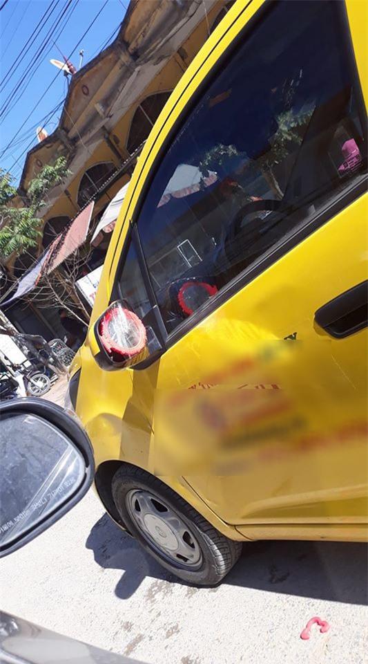 """Bị """"vặt"""" mất gương, chủ xe ô tô bị khó lại ló cái khôn, nghĩ ra cách độc đáo thu hút mọi ánh nhìn trên đường phố - Ảnh 6."""