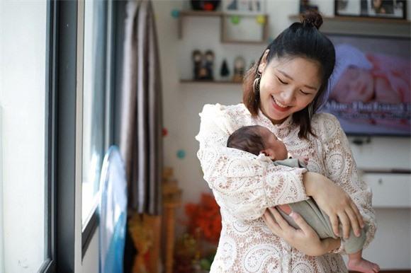 Trên trang cá nhân, bạn gái Sỹ Luân cũng đăng ảnh bế con.